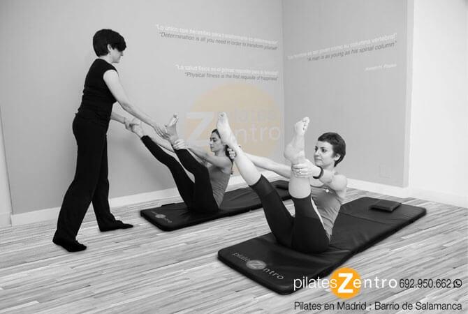 Dos mujeres haciendo ejercicio de pilates suelo o mat