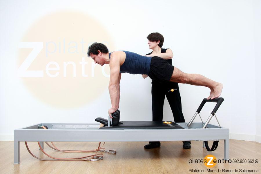 Cuerpo Hombre Pilates haciendo Ejercicio en Reformer